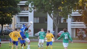 FC HIK:s Cesar Cruz tar bollen.