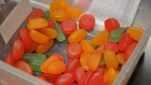 Godis med fruktfärg säljs till jul