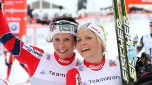 Marit Björgen och Therese Johaug på pallen i La Clusaz.