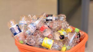 Returflaskor i plast.