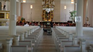 Förberedelser i kyrkan inför sommarkonserterna.