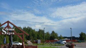 Öster om Strand i Ingå småbåtshamn planeras ett affärscentrum och bostadshus.