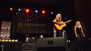 Frida Andersson spelar.