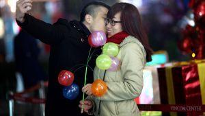 Ett selfie? Par i Hanoi, Vietnam, på julafton