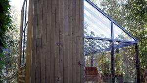 Växthuset är byggt av olika material.
