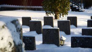 Gravar på kyrkogården i Replot.