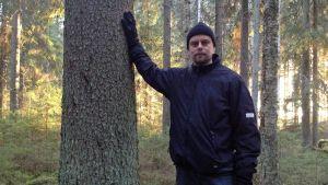I Sydösterbotten finns ett fåtal privata skogar som är skyddade. Här är Patrik Byholm i en av dem, i västra Närpes.