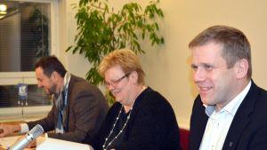 Glada miner trots allvar, styrelseordförande Ulf Stenman, förvaltningschef Carola Löf och fullmäktigeordförande Sven Grankulla