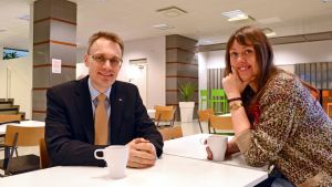 Tisdagssnackarna Oscar Taimitarha och Mia Haglund dricker en kopp kaffe innan sändningen.