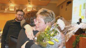 Stina Mattila gratuleras av Marlen Timonen (SFP).