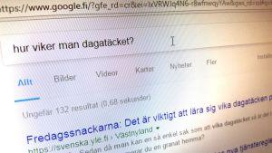 """Frågan """"Hur viker man dagatäcket?"""" i Googles sökruta."""