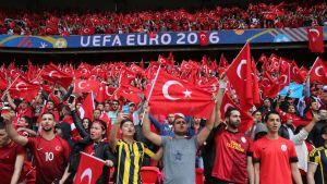 Turkiska fotbollsfans under fotbolls-EM 2016.