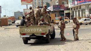 Sodlater ur den jemenitiska armén patrullerar efter att ha återtagit enstadsdel i staden Aden från al-Qaida.