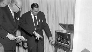 Presidentti Urho Kekkonen vierailee Radio ja televisio tänään -näyttelyssä 1956. Tunnistamaton mies esittelee radiovastaanotinta Kekkoselle.