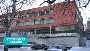 S:t Olofsskolans skolhus  med bilar utanför