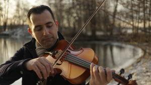 Irakilainen muusikko Samer Saad Pyhäjärven rannalla
