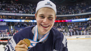 Jesse Puljujärvi med guldmedaljen, U20-VM 2016.