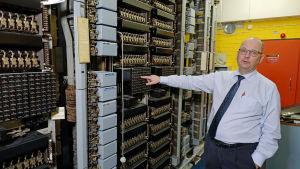 Gustaf Forsberg visar hur telefoncentralerna såg ut på 1950-talet.
