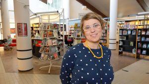 Malin Hollmén ansvarar för bibliotekstjänsterna i Sibbo