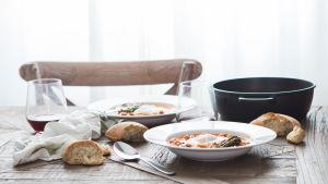 Voiko iltapalaksi syödä ruisleipää ja muita kysymyksiä Patrik Borgille. Kuvassa katettu pöytä.