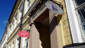 Restaurang Sakura finns i gamla bankhuset vid Lovisa torg.