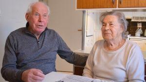 Klas och Maire Lindfors bor kvar i det hus de byggde för 60 år sedan.