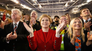 Skottlands försteminister NIcola Strurgeon (i mitten) tror att brexit kan leda till en ny folkomröstning om självständighet. Alla skotska valdistrikt röstade för att stanna kvar í EU.