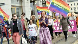 Svensk Ungdom deltog i Prideparaden i Helsingfors den 1 juli 2017.