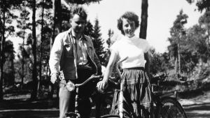 Mauno och Tellervo Koivisto håller i var sin cykel. Svartvit bild från 1953.
