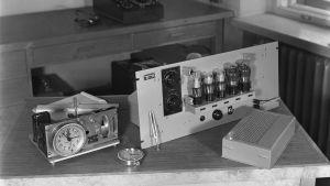 Syncro-Clock-tahtikello sekä ulkomaista aikamerkkisignaalia vastaanottava radio vuonna 1945.