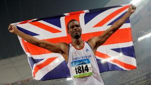 Höjdhopparen Germaine Mason håller upp den brittiska flaggan.