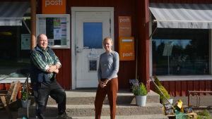 Thorleif Holm står till vänster om Ida Lönnbäck framför byabutiken Björkö handlin.