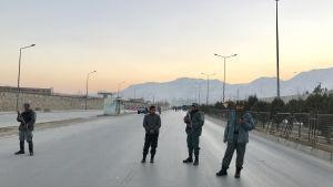 Afghanska säkerhetsstyrkor slog en ring runt parlamentet efter bilbombsattackerna på tisdag eftermiddag som krävde över 20 dödsoffer