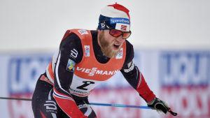 Martin Johnsrud Sundby jagar ledande Sergej Ustjugov.