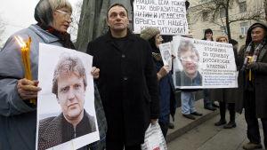 Aktivister håller upp bilder av den mördade tidigare spionen Alexander Litvinenko i Moskva år 2008.
