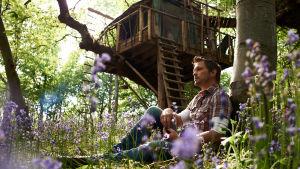 Jimmy Doherty puumajansa edustalla sarjassa Elämää metsässä (Jimmy's Forest)
