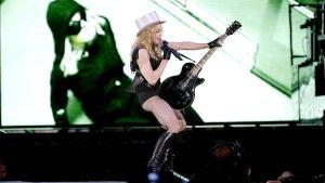 Madonna på scenen i Göteborg år 2009 med elgitarr mellan benen som en fallossymbol.