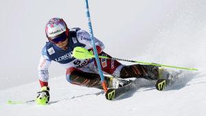 Slalomåkaren Luca Aerni rundar ett märke i slalombacken.