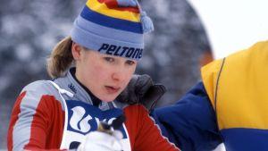 Marjut Lukkarinen hiihdon lähtöpaikalla odottaa lähtölupaa