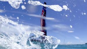 Vatten skvätter framför Team New Zealands båt.