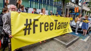 Aktivister demonstrerar för att Amnestys styrelseordförande i Turkiet, Taner Kilic, ska friges.