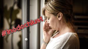 Ledsen kvinna framför fönster med #inödochlust