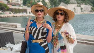 Väninnorna Eeddy och Patsy poserar med tobak och drinkar.