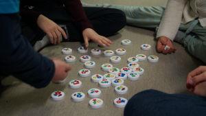 Eleverna spelar spel medan lärarna diskuterar med stadsdirektören.