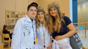 Abiturienterna Johannes öst, Vendla fagerudd och Emma Martin.