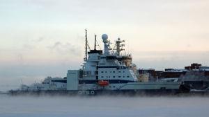 Isbrytaren Otso vid kajen i Helsingfors