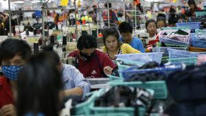 Textilarbetare på en fabrik i Laos.