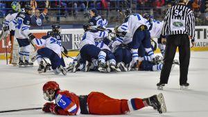 Finlands lag firar segern över Ryssland i semifinalen.
