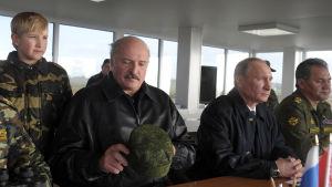 Nikolaj Lukasjenko (son till Vitrysslands president), Vitrysslands president Aleksandr Lukasjenko, Rysslands president Vladimir Putin och försvarsminister Sergej Sjojgu under Zapad-övningen i september 2013.