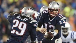 LeGarrette Blount tar emot bollen av Tom Brady.